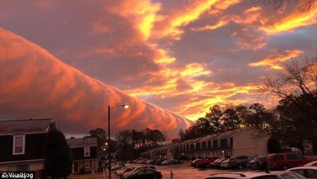Đám mây như rực lửa khi mặt trời lặn