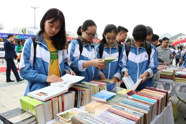 Rất nhiều em học sinh hào hứng tham gia ngày sách Việt Nam tại Bắc Ninh