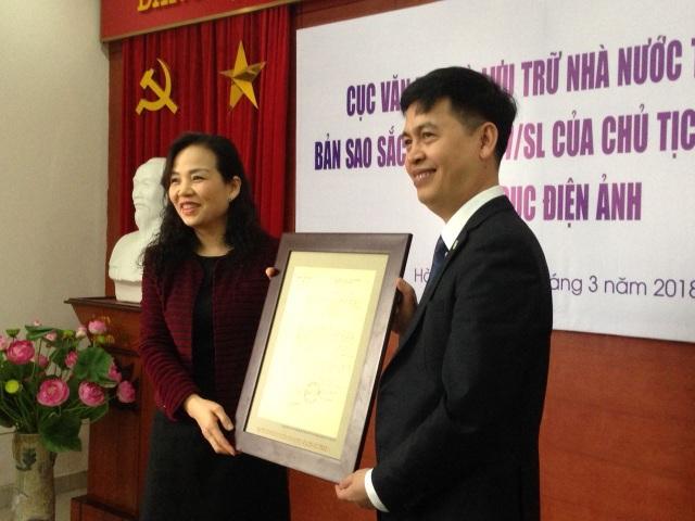 TS Ngô Phương Lan - Cục trưởng Cục Điện ảnh tiếp nhận bản sao Sắc lệnh thành lập ngành.