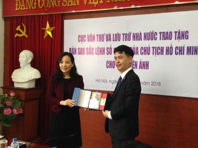 Cục Điện ảnh cũng trao tặng cho Cục Văn thư và Lưu trữ Nhà nước bản phim 65 năm ngành Điện ảnh Việt Nam: Truyền thống, hội nhập và phát triển.