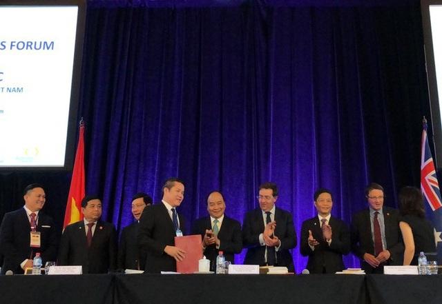 Thủ tướng và lãnh đạo bộ, ngành hai nước chứng kiến lễ ký kết của các doanh nghiệp tại Diễn đàn
