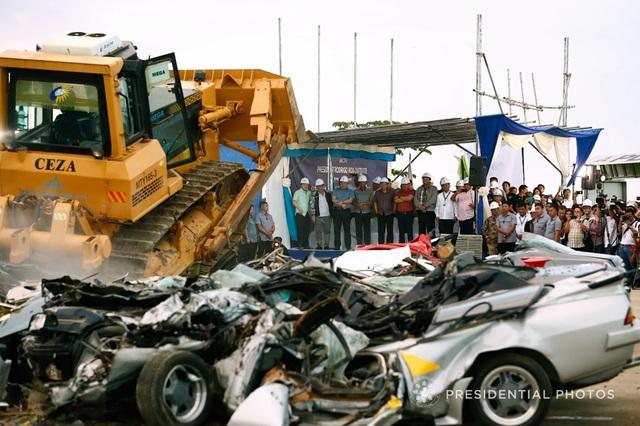 Tổng thống Duterte giám sát việc nghiền nát xe sang (Ảnh: Văn phòng Tổng thống Philippines)