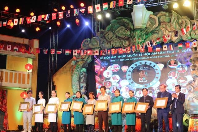 Đại diện các nhà hàng tham gia lễ hội nhận kỷ niệm chương từ chương trình