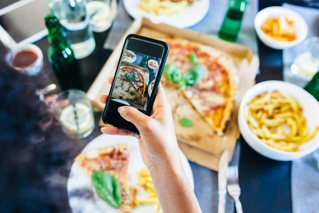 Chụp ảnh để đăng lên mạng xã hội đã trở thành một nỗi ám ảnh đối với nhiều người bởi chụp ảnh bây giờ dễ hơn bao giờ hết và mạng xã hội đã trở thành một phần cuộc sống của mỗi người.