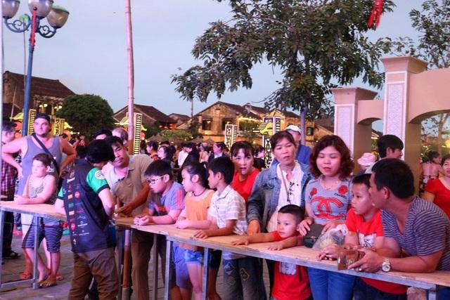 Đông đảo người dân và du khách đến ủng hộ các quầy ẩm thực đại diện các quốc gia trước khi kết thúc tuần lễ ẩm thực quốc tế Hội An 2018