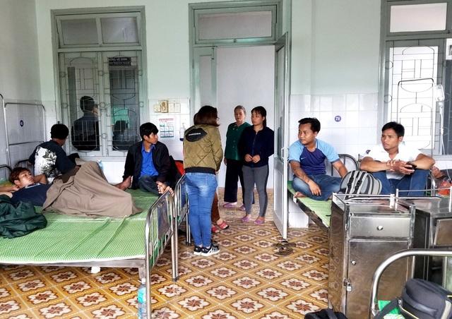 Một số người dân ở thôn Pà Păng đến Trung tâm Y tế huyện Nam Giang kiểm tra sức khỏe nghi bị ngộ độc rượu