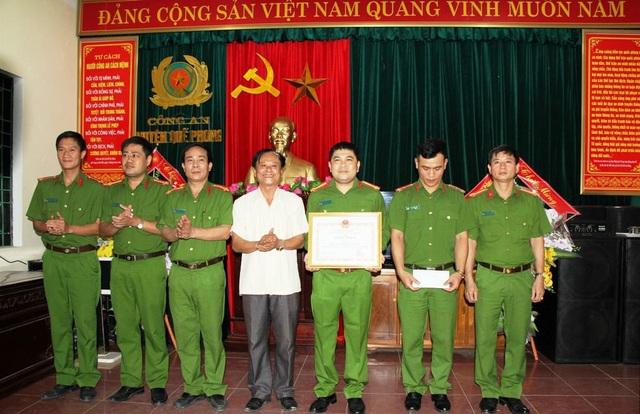 Ông Lữ Đình Thi - Bí thư Huyện ủy Quế Phong trao thưởng cho ban chuyên án.
