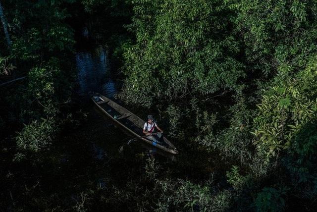 Ông Amadeo đánh cá trên con thuyền gỗ ở thị trấn Intuto Ảnh: THE NEW YORK TIMES