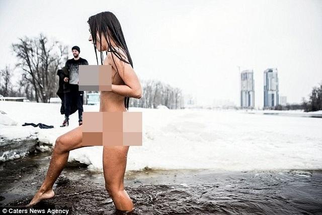 Cô gái Ukraine khỏa thân tắm sông băng để xinh đẹp hơn - 4