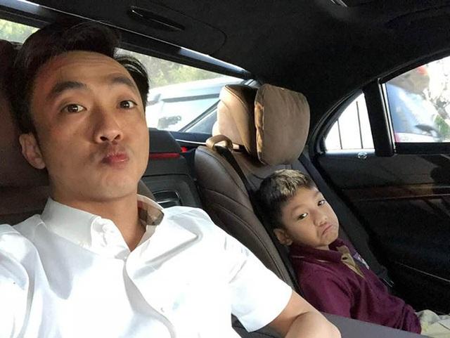 Doanh nhân Cường Đôla tranh thủ đưa con trai đi học lúc sáng sớm, cả hai cha con còn tạo dáng khá giống nhau khi chụp ảnh selfie.