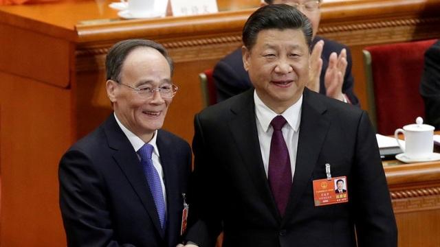 Chủ tịch Trung Quốc Tập Cận Bình (phải) và Phó Chủ tịch Vương Kỳ Sơn tại phiên bỏ phiếu của Quốc hội Trung Quốc ngày 17/3. (Ảnh: Reuters)