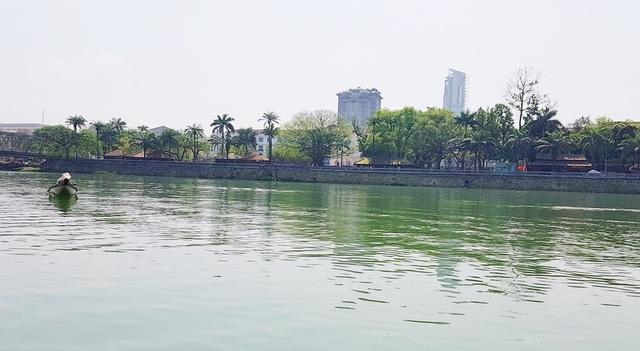 Cuộc du ngoạn dòng sông Hương bắt đầu từ buổi sáng