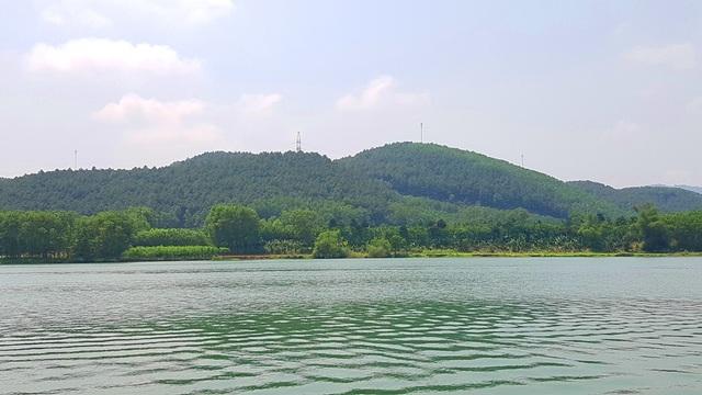 Mặt nước xanh vắt của sông Hương