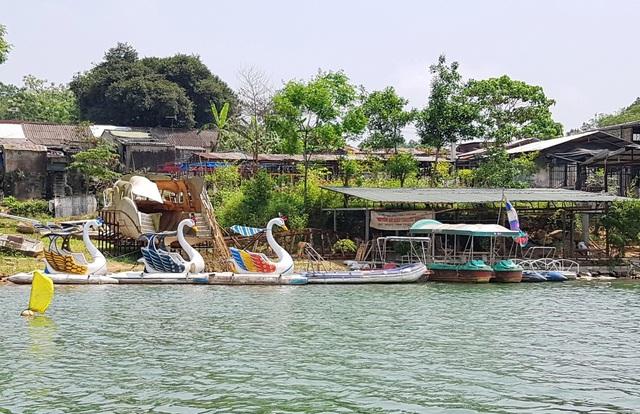 Thuyền xuôi qua khu vui chơi đạp thiên nga dưới nước