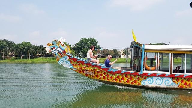 Khách Tây rất thích thú đi dạo bằng thuyền rồng trên sông Hương để tận hưởng hết vẻ đẹp thiên nhiên Huế