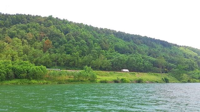 Con đường bộ chạy lên lăng vua Minh Mạng nhìn xa nhỏ bé dưới dãy núi rộng lớn