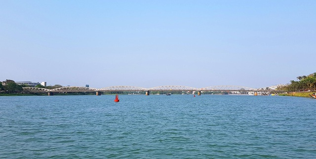 Thuyền về lại cầu Trường Tiền vào chiều. Cảnh đẹp hữu tình của con sông Hương trong vắt làm rung động biết bao tao nhân mặc khách từ xưa đến nay