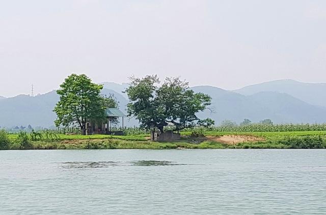 Ngôi nhà nhỏ ven sông