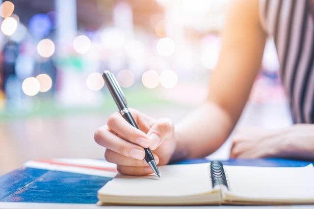 Ghi nhật ký hoặc viết blog về tin xấu có thể giúp làm giảm sự đau khổ.