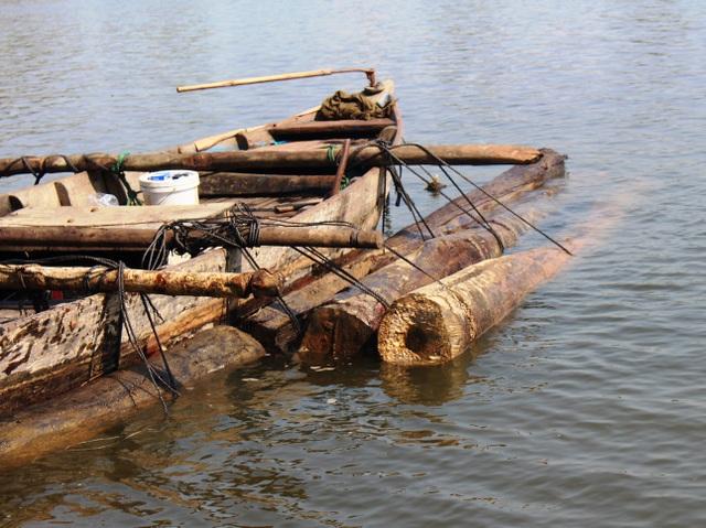 Các cây gỗ được cột chặt hai bên thành ghe