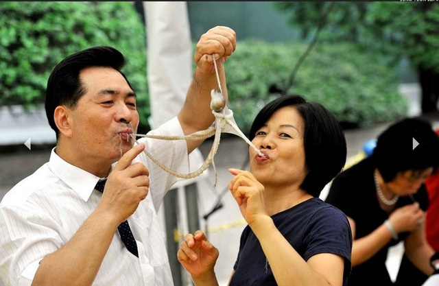 Thực khách yêu thích món này không chỉ vì độ tươi ngon của bạch tuộc, mà còn vì cảm giác đặc biệt khi các xúc tu bạch tuộc bám vào miệng.