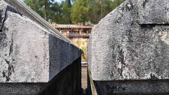 Lăng của vua Gia Long nằm bên phải nhìn từ ngoài vào có các cạnh và phần chân đế nhỉnh hơn một vài phân so với lăng Thuận Thiên Cao Hoàng Hậu nằm kế bên