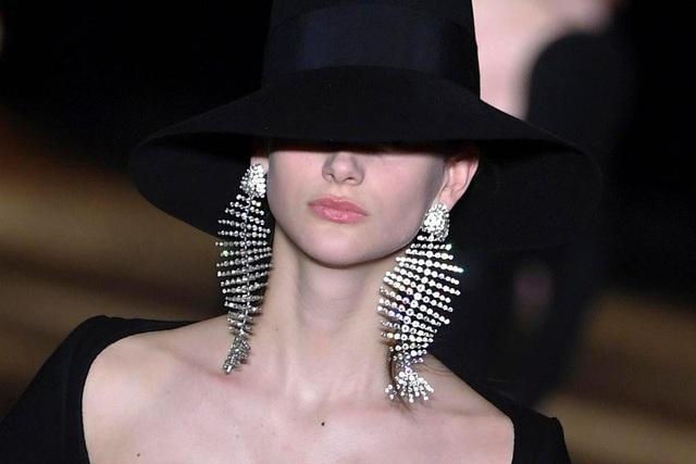 """Những đôi khuyên tai cỡ lớn đã xuất hiện trở lại trên sàn catwalk với tần xuất thường xuyên hơn hẳn trong những tháng đầu năm nay, khi các nhà mốt """"trình làng"""" bộ sưu tập mới tại các tuần lễ thời trang quốc tế."""