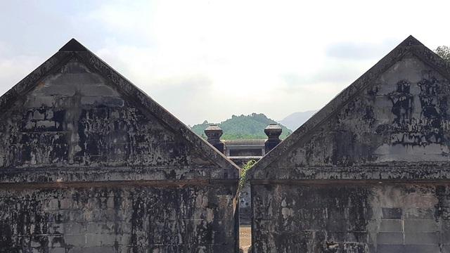 """2 ngôi mộ được song táng theo quan niệm """"Càn Khôn hiệp đức"""" - một hình ảnh đẹp của hạnh phúc và thủy chung. Theo đường xuyên tâm, vị trí chính giữa 2 lăng mộ nhìn thẳng về giữa ngọn Thiên Thọ Sơn làm tiền án cho cả khu lăng mộ"""