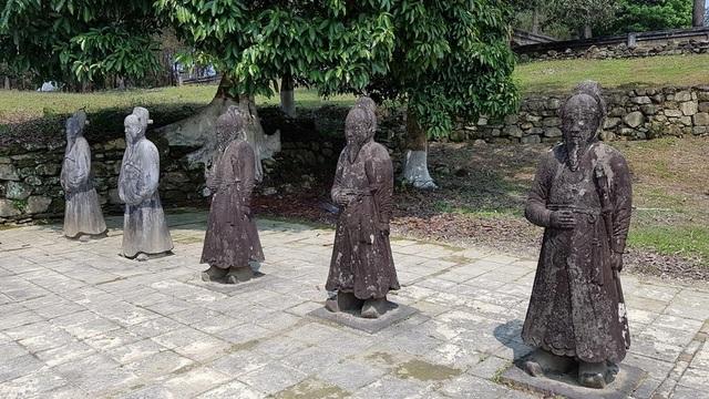 Các tượng đá tạc hình quan văn quan võ đứng chầu hai bên