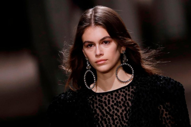 Người mẫu Mỹ Kaia Gerber đeo đôi khuyên tai vòng tròn to bự tại Tuần lễ Thời trang Paris.