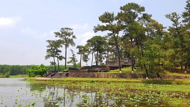 Lăng Thiên Thọ Hữu nằm gần đó là nơi chôn cất vợ thứ 2 của vua Gia Long - bà Thuận Thiên Cao Hoàng Hậu