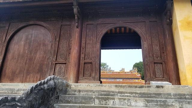 Cổng gỗ dẫn lên điện Gia Thành là nơi thờ thân mẫu của vua Minh Mạng