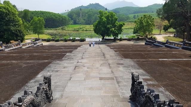 Gia Long là vị hoàng đế đầu tiên trong lịch sử Việt Nam cai quản một đất nước thống nhất từ nam vào bắc sau hơn 200 năm chia cắt. Vua Gia Long có tên húy là Nguyễn Phúc Anh, miếu hiệu Thế Tổ, trị vì từ 1802 đến 1820. Vua sinh ngày 15 tháng Giêng năm Nhâm Ngọ (08/02/1762) mất vào ngày 19 tháng Chạp năm Kỷ Mão (03/02/1820).