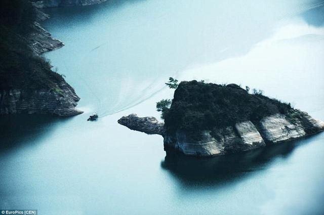 Nhìn từ trên cao, hòn đảo như một con rùa đá bơi giữa dòng nước