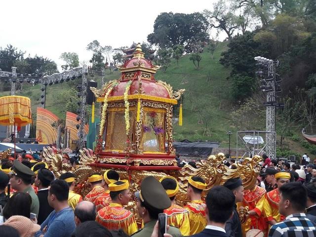 Trước giờ khai mạc Lễ hội đền Cửa Ông 2018, đoàn rước đã thực hiện nghi lễ rước Đức Ông vi hành theo truyền thống