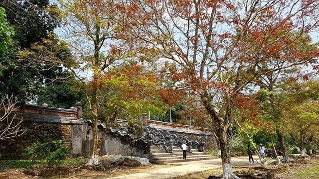 Khu vực điện Minh Thành dùng thờ vua và hoàng hậu thứ nhất là bà Thừa Thiên Cao Hoàng Hậu