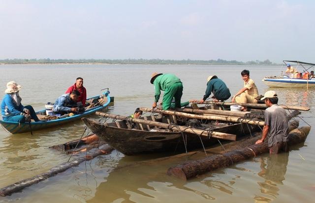 Lực lượng chức năng đang trục vớt số gỗ lậu