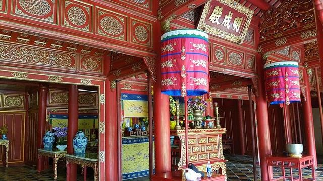 """Minh Thành nghĩa là """"sự hoàn thiện rực rỡ"""". Bên trong điện Minh Thành, ngày trước có thờ nhiều kỷ vật gắn bó với cuộc đời chinh chiến của vua Gia Long như cân đai, mũ, yên ngựa."""