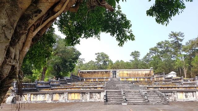 Bửu Thành nơi chôn cất lăng vua và Hoàng hậu Thừa Thiên. Có 7 cấp sân tế dẫn lên Bửu Thành