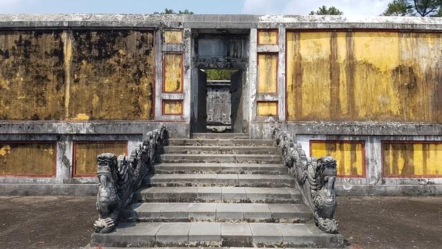 Cánh cổng dẫn vào nơi lưu giữ giấc mộng ngàn thu của vua và vợ