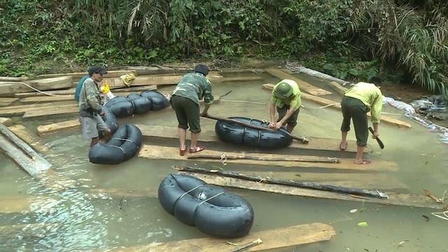 Số gỗ bị đốn hạ đang được chính quyền huyện Tuyên Hóa bố trí lực lượng đưa về Trạm kiểm lâm Khe Núng
