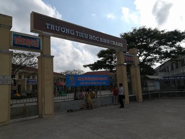 Sáng ngày 17/3, tại Trường tiểu học Bình Chánh, Bến Lức, Long An diễn ra buổi họp khẩn liên quan đến sự việc cô giáo quỳ.
