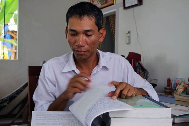 Sau giờ bán vé số, Kim Thái thường xuyên nghiên cứu tài liệu Ảnh: PV