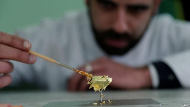 Bên ngoài miếng socola được phủ lớp vàng mỏng ăn được