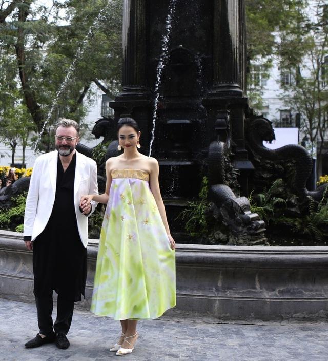 Khai mạc Vietnam Italia Fashion Week là NTK Ý Gaudiomonte với phong cách lãng mạn vốn có của nước Ý và vẻ đẹp của chất liệu lụa Ý.