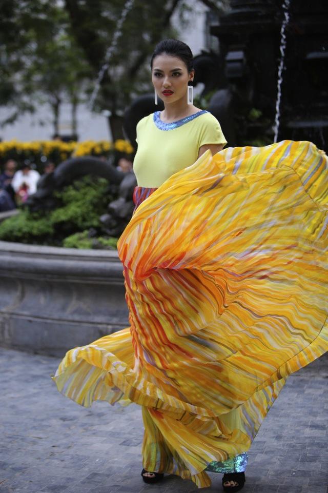 Người mẫu Hồng Quế tham gia trình diễn.