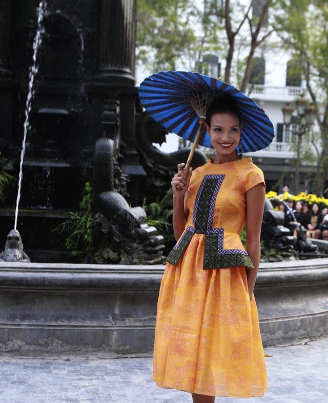 Dàn mẫu đình đám mở màn Tuần lễ Thời trang Việt Nam - Italia - 16