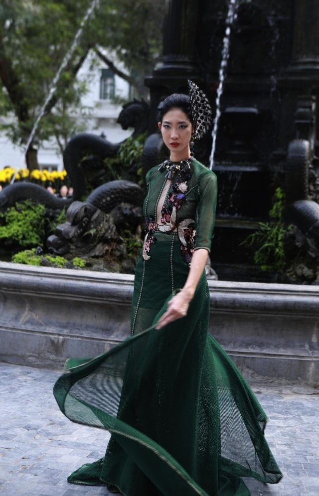 Dàn mẫu đình đám mở màn Tuần lễ Thời trang Việt Nam - Italia - 15