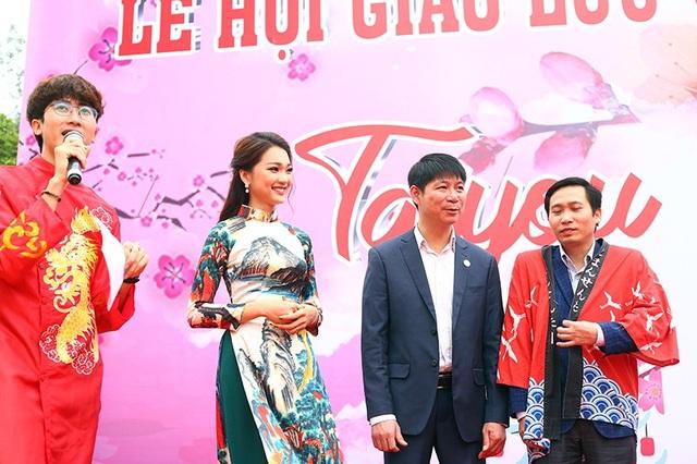 Cô diện trang phục áo dài nền nã, cùng với các thầy cô trong Học viện Nông nghiệp giao lưu với những vị khách từ đất nước Nhật Bản