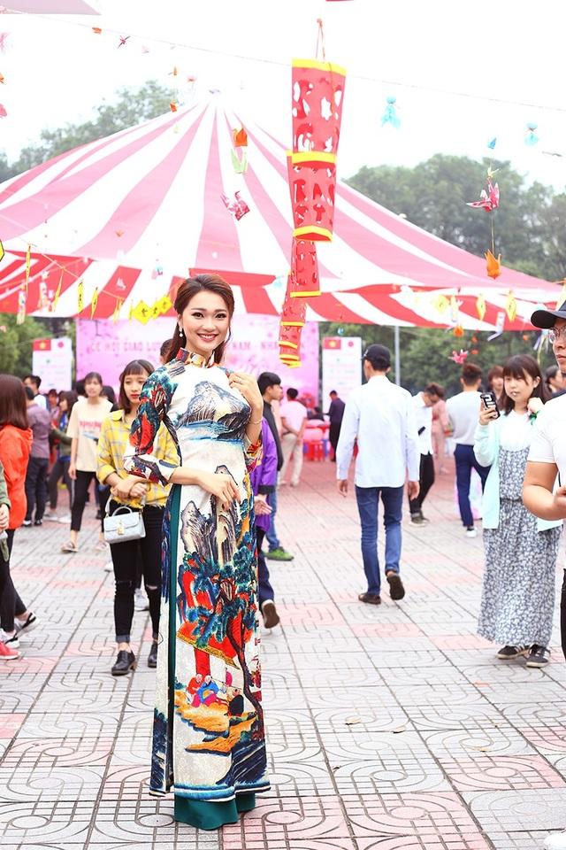 Với chiều cao 1m65, gương mặt xinh đẹp, Ngọc Nữ nổi bật trong không gian của Lễ hội